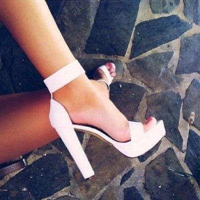 Босоножки на каблуках: летние образы