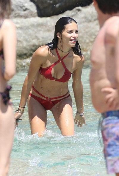 Адриана Лима в бикини на пляже в Греции