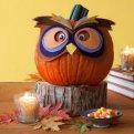 Светильник Джека из тыквы и праздничный стол на Хэллоуин