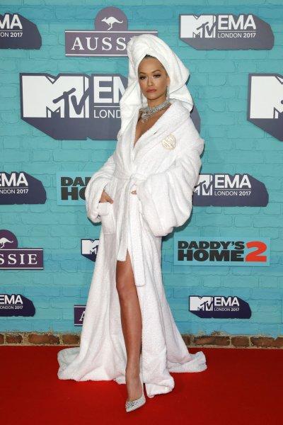 Рита Ора на красной дорожке в халате: зачем?