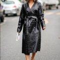 Как выглядеть стильно в дождь: образы уличной моды